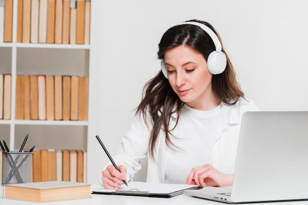 Estudiante escuchando cursos en línea concepto de e-learning