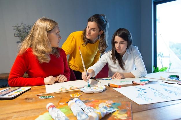 Estudiante de la escuela de arte consultar maestro de dibujo