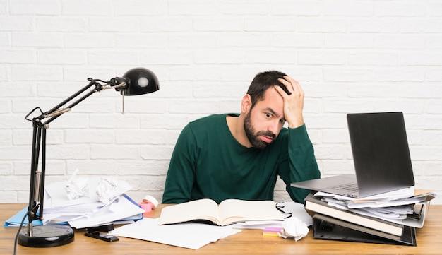 Estudiante estresado estresado abrumado