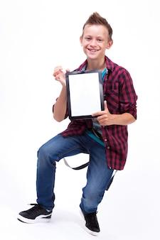 Estudiante exitoso con una tableta en la pantalla de la mano para el cliente