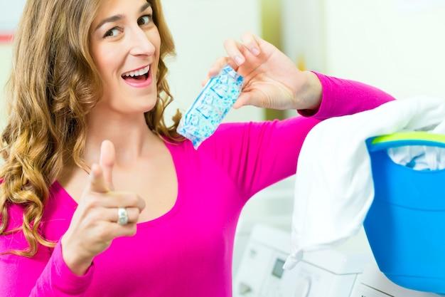 Estudiante femenina en una lavandería