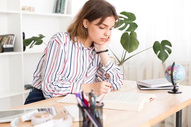 Estudiante femenina ocupada con la tarea