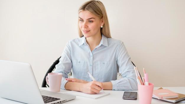 Estudiante femenino que aprende en línea