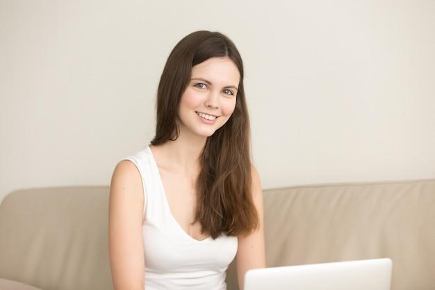 Estudiante femenino que estudia a distancia desde su casa