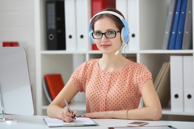 Estudiante femenino que estudia en línea usando auriculares