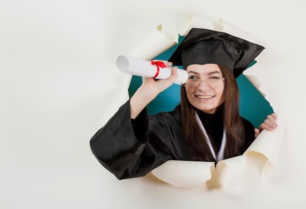 Estudiante graduado posando