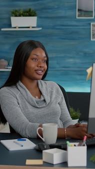Estudiante hablando con el profesor que estudia la lección de matemáticas durante la reunión de videollamada en línea