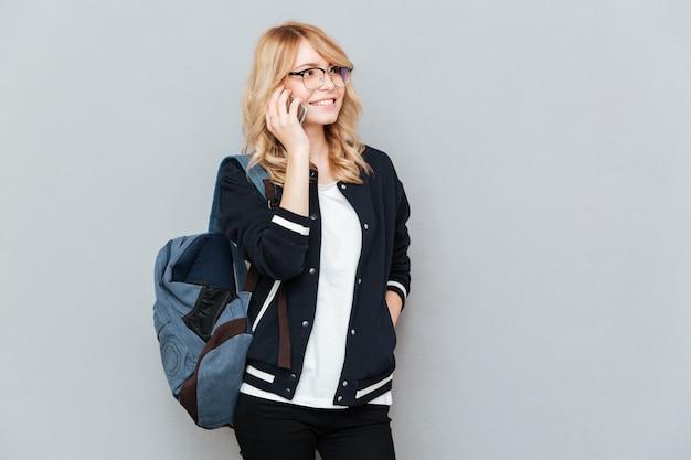 Estudiante hablando por teléfono