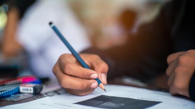 Estudiante haciendo prueba en el aula