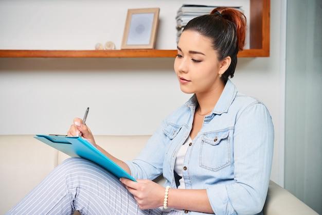 Estudiante haciendo un reporte