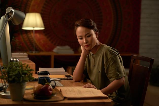 Estudiante haciendo tarea en la noche