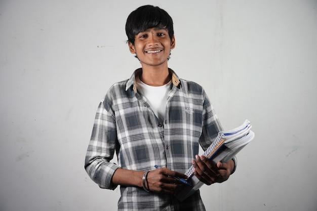 Estudiante indio con libros para estudiantes universitarios