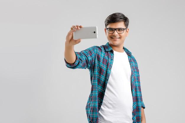 Estudiante indio tomando selfie