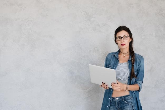 Estudiante de informática con laptop