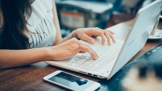 Estudiante de la internet social hogar profesión