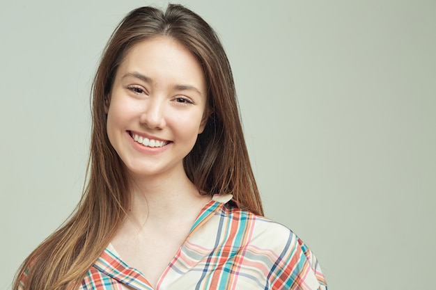 Estudiante joven fresco en ropa casual linda sonrisa con buen humor y pensamientos positivos.