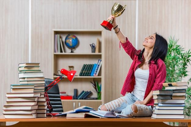 Estudiante joven que se prepara para los exámenes de la escuela universitaria