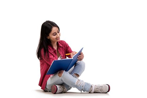 Estudiante joven que se prepara para los exámenes