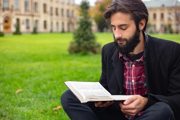 Estudiante, joven en la universidad.