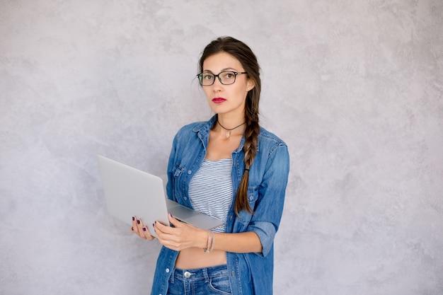 Estudiante con laptop y lentes