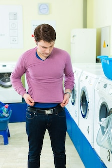 Estudiante en una lavandería con suéter encogido.