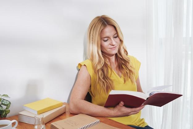 Estudiante de lectura en un escritorio de oficina