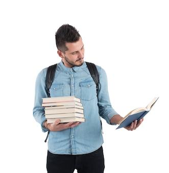 El estudiante lee la lección de cuentos para los exámenes.