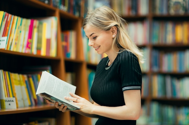 Estudiante leyendo un libro en la biblioteca