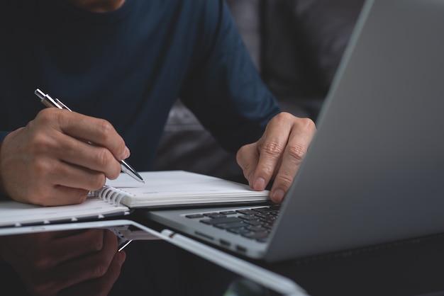 Estudiante en línea aprendiendo desde casa