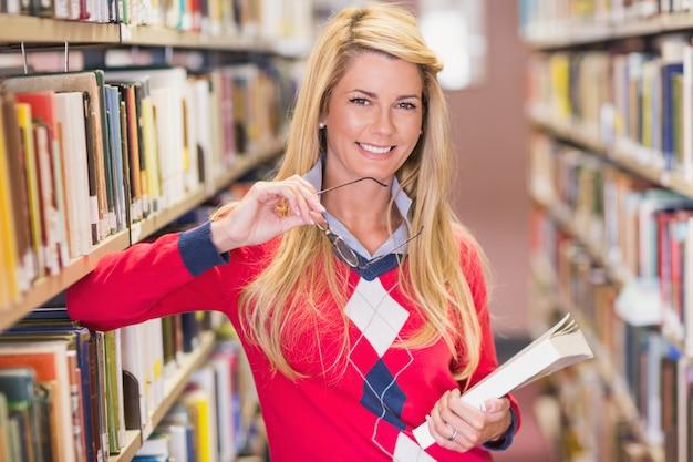 Estudiante maduro estudiando en la biblioteca