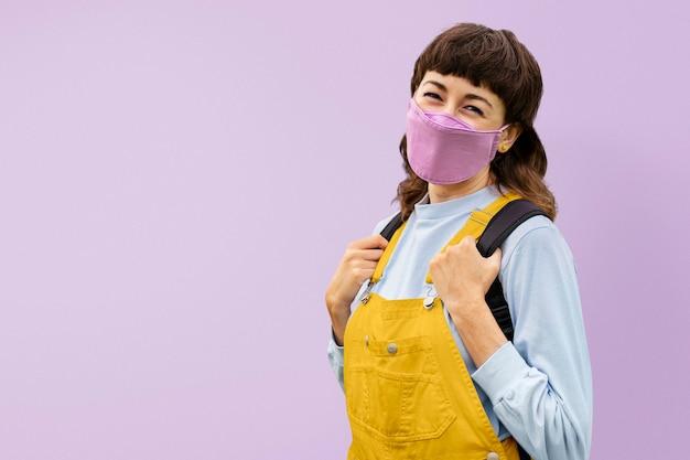 Estudiante con mascarilla a la escuela durante la pandemia