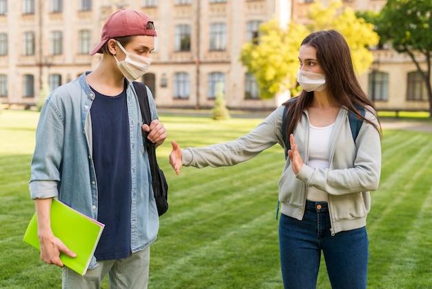 Estudiante masculino negándose a estrecharle la mano
