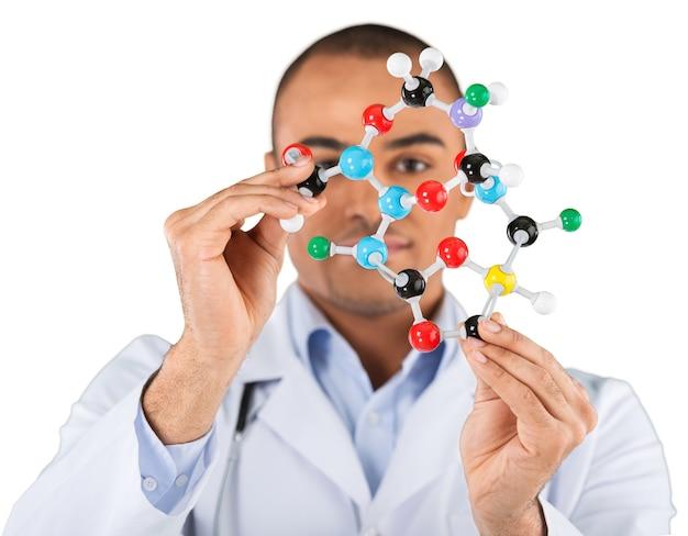 Estudiante masculino de química sosteniendo la forma de la molécula aislada en blanco