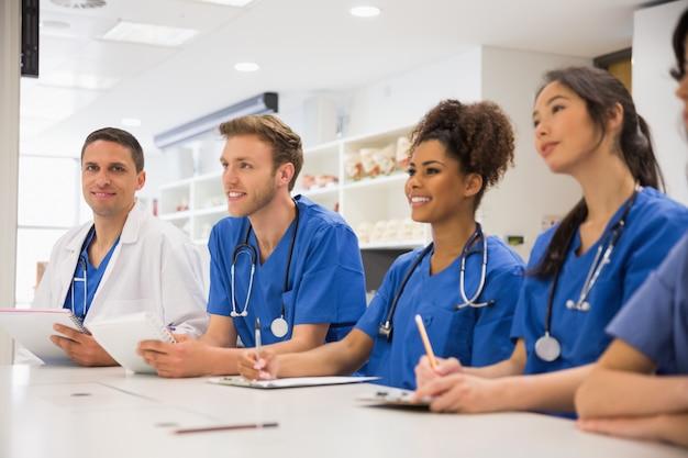 Estudiante de medicina sonriendo a la cámara durante la clase