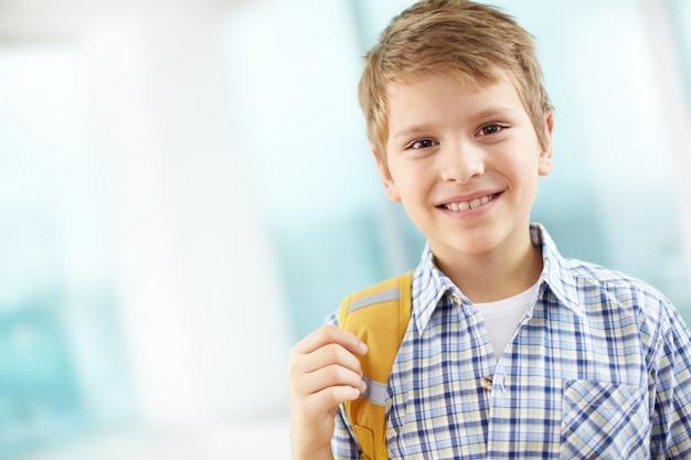 Estudiante con mochila en un hombro