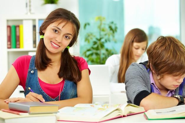 Estudiante morena escribiendo su redacción