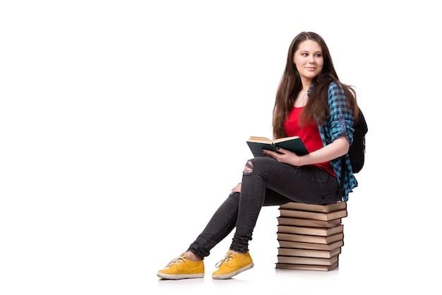 Estudiante con muchos libros aislados en el blanco