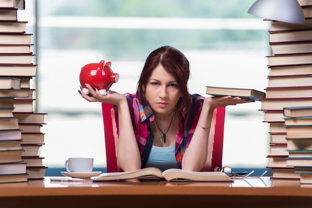 Estudiante de la mujer joven que se prepara para los exámenes de la universidad