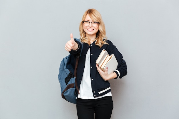 Estudiante mujer mostrando el pulgar hacia arriba