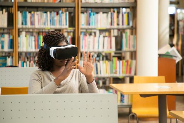 Estudiante de mujer negra con simulador de realidad virtual