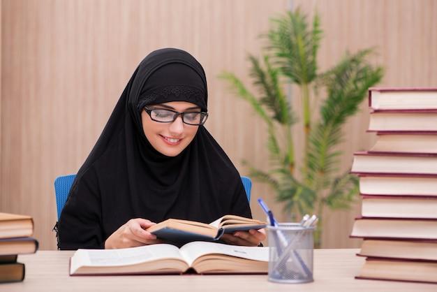 Estudiante musulmán de la mujer que se prepara para los exámenes
