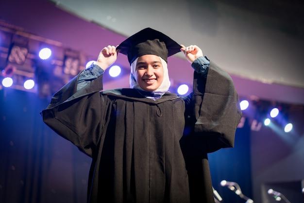 Estudiante musulmana en ceremonia de graduación