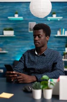 Estudiante navegando en las redes sociales charlando con amigos remotos