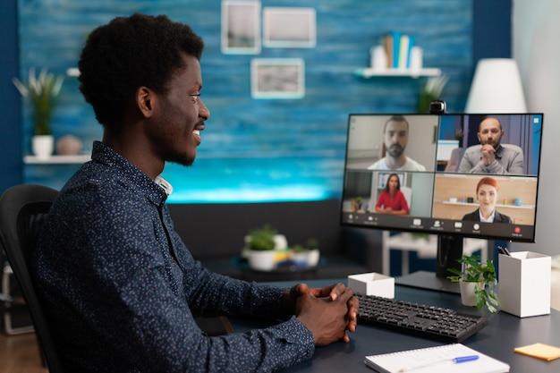 Estudiante de negocios con conferencia de reunión de videollamada en línea