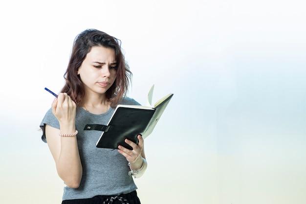 Un estudiante o empleado que lee notas de la agenda
