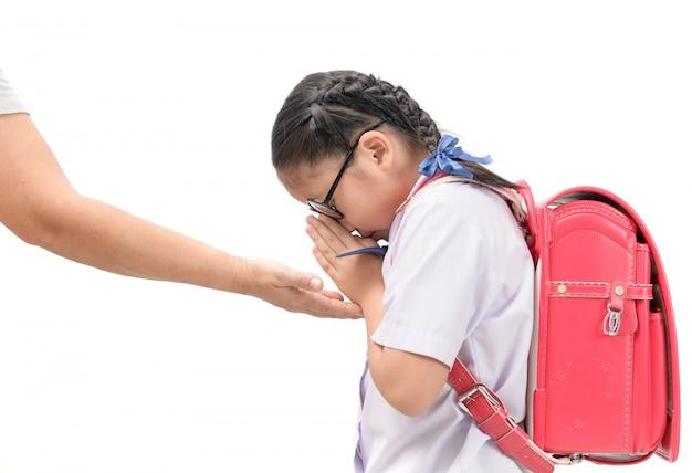 Estudiante paga respeto o sawasdee a su madre.