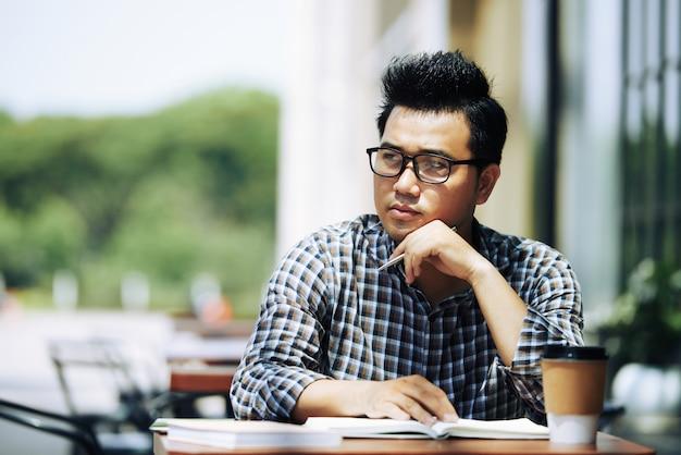 Estudiante pensativo