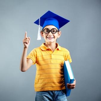 Estudiante de primaria contento con gafas