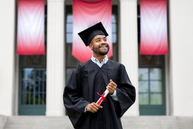 Estudiante que se gradúa de la universidad, rendimiento académico y excelencia.