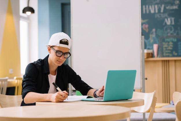 Estudiante que trabaja con la computadora portátil